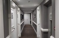 Couloir-plafond-tendu-gris-satine